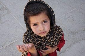 Jeune afghane dans les rues de Kaboul