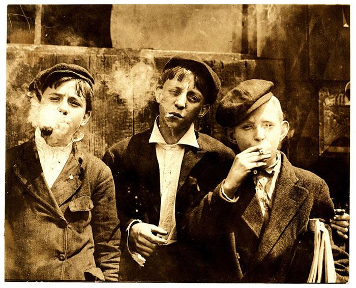 Newsies smoking in St. Louis, 1910