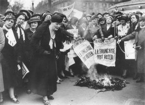 Louise Weiss along with other suffragettes in 1935