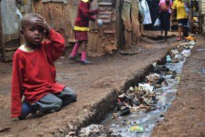 Enfant dans un bidonville