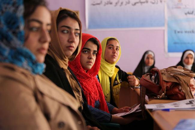 Formación al fótoperiodismo para mujeres en Farah City, Afganistán
