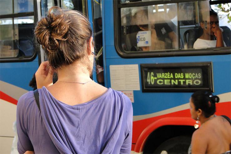 Mujer esperando el autobus