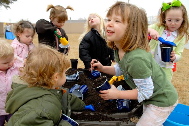 Niños jugando en un jardin