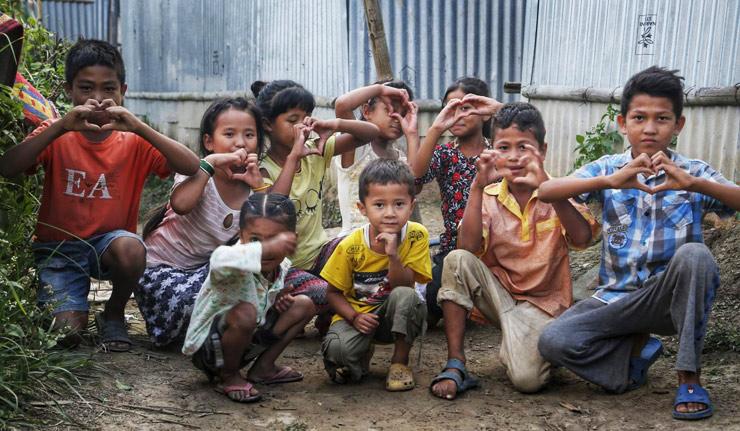 Niños y niñas jugando en Nepal
